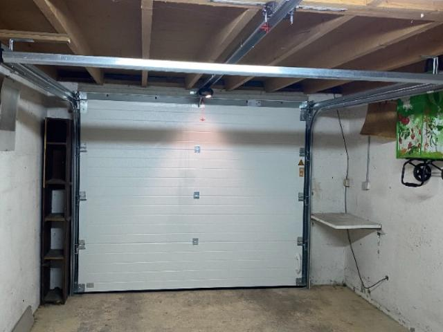 Pose de porte de garage sectionnelle avec motorisation à Ernes